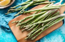 asparagi verdi su tagliere