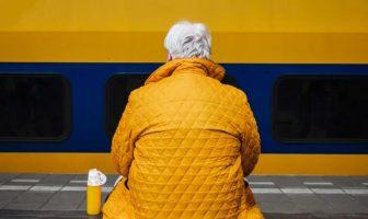 immagine di uomo di schiena con capelli bianchi