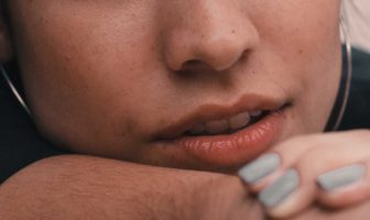 primo piano di labbra