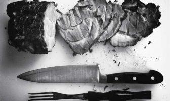 carne su tagliere e coltello