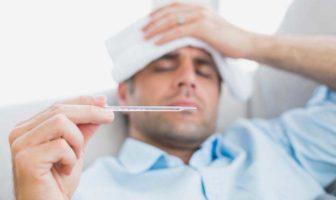 immagine di persona a letto con l'influenza
