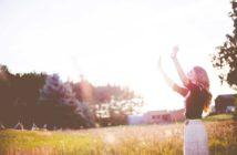 donna felice in un campo