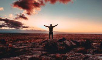 uomo con braccia al cielo