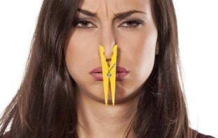 donna con naso tappato
